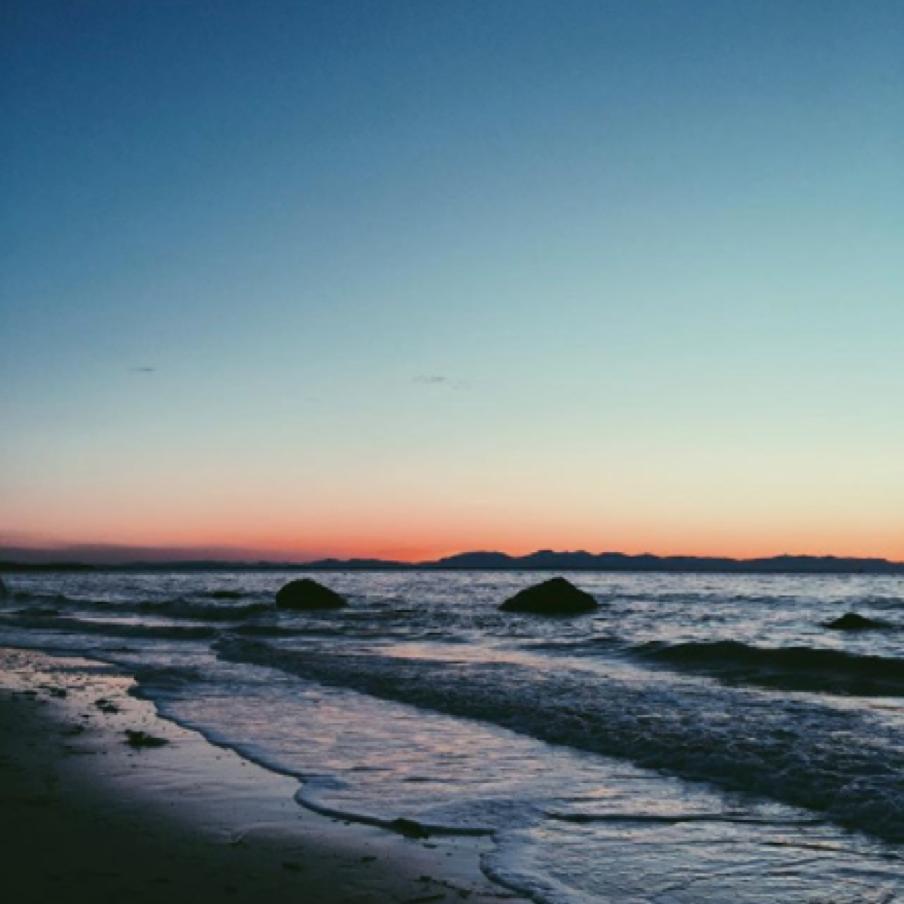 #wreckbeach#sunset#ubc#vscocam#ocean#beach#vancouver#waves By @waxmepoetic